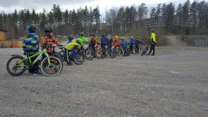 Junnupyöräilyn aloituksessa 10.5 oli yli 30 osallistujaa.