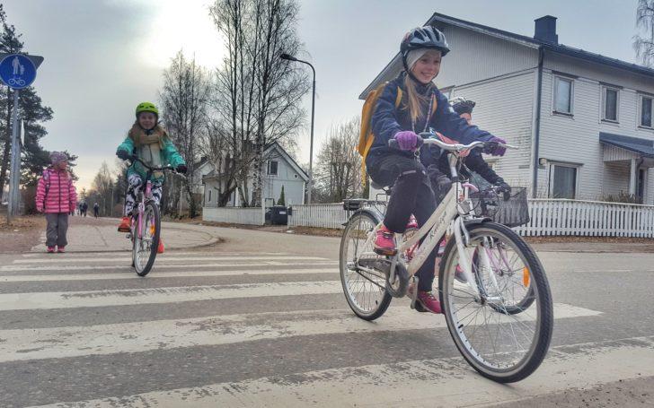 Pyöräileviä koululaisia koulumatkalla